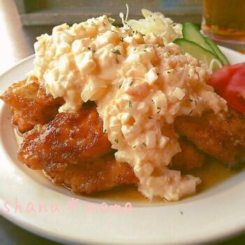 鶏むね肉で作る、揚げない「チキン南蛮」。鶏肉は薄力粉をまぶして溶き卵をくぐらせることでしっとりやわらかに。タルタルソースと甘酢の相性も抜群です♪