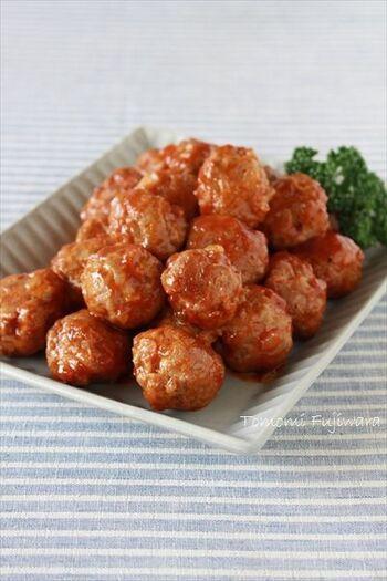 冷めてもやわらかでお弁当にも嬉しい、揚げない「ミートボール」。だし汁で煮込むのでしっとりと仕上がります。ケチャップソースのやさしい味わいがぴったり!