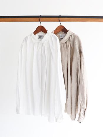 とにかくシンプルにシルエットで魅せる「YAECA」のお洋服は、どんな服にも合うのでコーデを考える暇もない忙しいママさんにもぴったり。シンプルにTシャツ+ジーンズでも素敵に決まります。