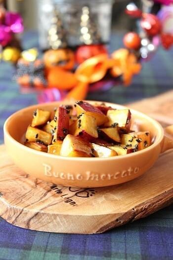揚げない「大学芋」は、小ぶりのサイズがかわいいお弁当にもぴったりのレシピ。フライパンで5分ほど焼くだけで完成します。バターの塩気が風味を引き立ててくれますよ。