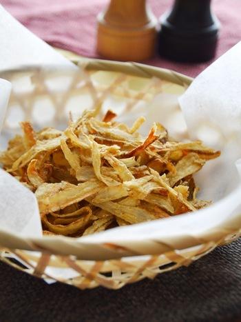 揚げない「ごぼうチップス」は、パリパリの食感がクセになるレシピ。大さじ1のオリーブオイルと片栗粉だけで作るので、ごぼうの風味を存分に味わえます。