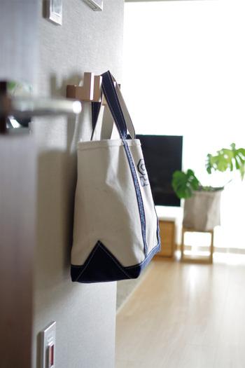 フックやポールハンガーで掛ける収納を作れば、毎日使うカバンや上着の置き場にすることができます。床に置きがちな鞄カバンを空中で片付けられるので、散らかりを防げますよ。子供の通園・通学アイテムの置き場所としてもおすすめです。