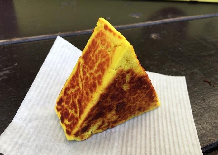 """皮を取り除いたさつまいもを練っておにぎりのような三角にした「芋太郎」は、""""焼きいもおにぎり""""とも呼ばれ、香ばしい焦げ目がおいしそう。店頭では次々焼き上げているので、アツアツをいただけます。"""