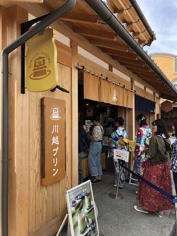 2018年に蔵造りの街並みにオープンした「川越プリン」は、新しい食べ歩きスイーツとして注目されているお店のひとつです。