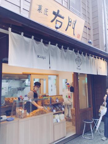 菓子屋横丁にある「菓匠右門 川越けんぴ工房直売店」は、川越散策で必ず立ち寄りたいスポットのひとつ。揚げたての「川越けんぴ」と「お芋のソフトクリーム」専門店です。