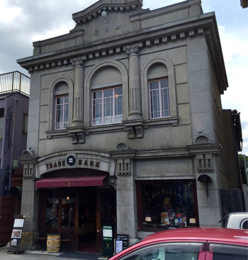 「KAWAGOE ART CAFE ELEVATO(アートカフェ エレバート)」は、山崎美術館の向かいのクラシカルな建物内にあります。大正4年に建てられた土蔵造りの住宅で、川越市指定文化財でもあります。