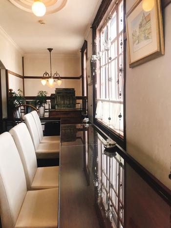外観は石造りの洋館ですが、内部は蔵造りの和洋折衷という変わった造りです。レトロモダンな雰囲気で、タイムスリップしたような気分に浸れます。