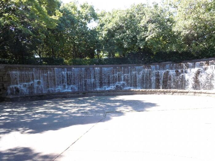 東公園に入ってすぐに目に入るのが、ダイナミックな壁泉。公園内には、水辺の気持ち良さを感じられるスポットがたくさんあります。お子さんが楽しめる遊具スペースもあるため、お散歩をしながら家族みんなで楽しめますよ。