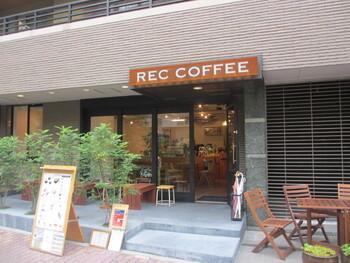 近くには、ほっとひと息つけるスポットも。スペシャルティコーヒーを扱う専門的なコーヒーショップ「REC COFFEE(レックコーヒー)」は、福岡博多を代表する人気のお店です。