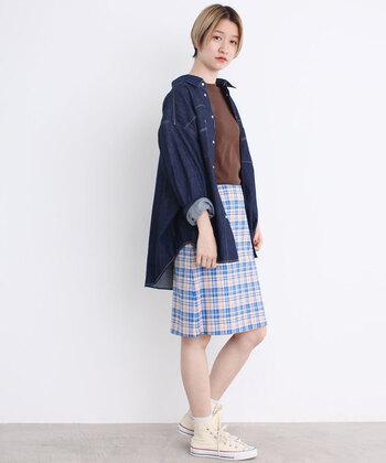 オーバーサイズのデニムシャツは引き続き人気。  カジュアルな印象の明るめブルーには、かわいらしいチェックのタイトスカートを。ハイカットのスニーカーを合わせて全体的に元気な印象にまとめた素敵なコーデ。