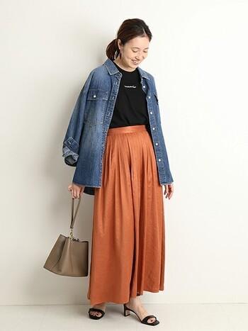 ふんわり広がるフレアのロングスカートは、オーバーサイズのデニムシャツでおさめるとバランスがとれます。くしゅくしゅと袖をまくったり、羽織ったり、軽さを加えるのも忘れずに。