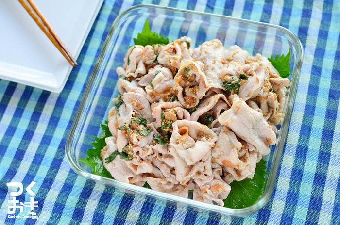 豚のしゃぶしゃぶ肉を梅と大葉で和えたさっぱりレシピ。夏場はそうめんに乗せても美味しそう!冷めても温めても美味しいありがたいレシピです。