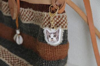 自分で印刷できるアイロンシートを利用すれば、ペットの写真をアクセサリーにすることもできます。 プリントした生地を切って、同じ大きさの別布と中表に縫って綿を入れればマスコットだって作れますよ。