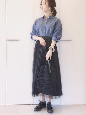 デニムシャツ以外を黒でまとめて上品に着こなしたスタイル。 デニムシャツを合わせることで、程よいカジュアルさがプラス。上品ながらやわらかな雰囲気のあるコーデに仕上がっています。