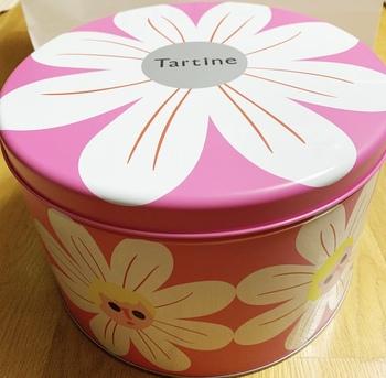 1日24個限定の「タルティンミックス缶」は、販売から数十分で売切れてしまうほどの大人気商品です。ピンク色の丸缶の中には、タルティン自慢のお菓子が数種類詰め合わせになっています。