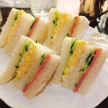 ナポリタンやカレーライス、サンドイッチなど喫茶店の定番メニューが味わえます。ミックスサンドは卵サラダとハム、キュウリがふわふわのパンに挟まっています。コーヒーとの相性も良いですよ。