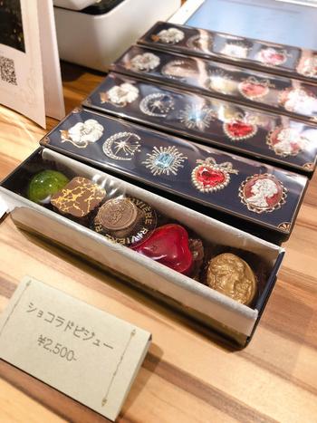 ルビーやダイヤモンドなど、キラキラ美しい「ビジュー缶」。宝石箱のようなパッケージの中に、チョコレートなど一口サイズのお菓子が詰め込まれています。大切なものをしまってお部屋に飾っておきたくなるような、心ときめくデザイン♪