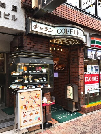 JR上野駅から徒歩2分の場所にある「ギャラン」。お店の前にあるメニューや食品サンプルを見ると、つい吸い寄せられてしまいますね。