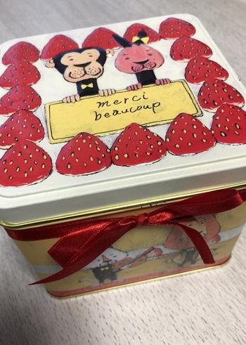 """いちごがたっぷりのデコレーションケーキと動物の姿が愛らしい「動物ケーキ缶」。フランス語で""""ありがとう""""と書かれたプレートを持った動物や、アンサンブルを奏でる姿が描かれています。お誕生日のプレゼントにもぴったりです。"""