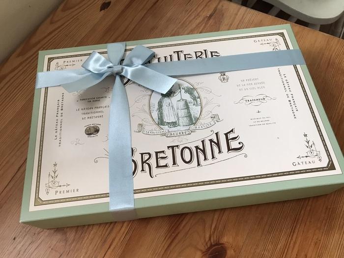 フランスを思わせるアンティーク調の上品なボックス。ペールグリーンが優しい雰囲気で、中には、ガレット・ブルトンヌ、フィナンシェ、マドレーヌなど、どれもバターの風味を感じられる焼き菓子ばかりです。