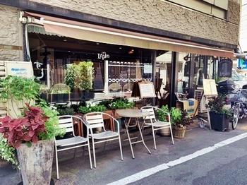 アンティーク調のおしゃれな外観が目を引く「cafe Lapin」。ヨーロッパの老舗カフェのような佇まいが素敵ですよね。