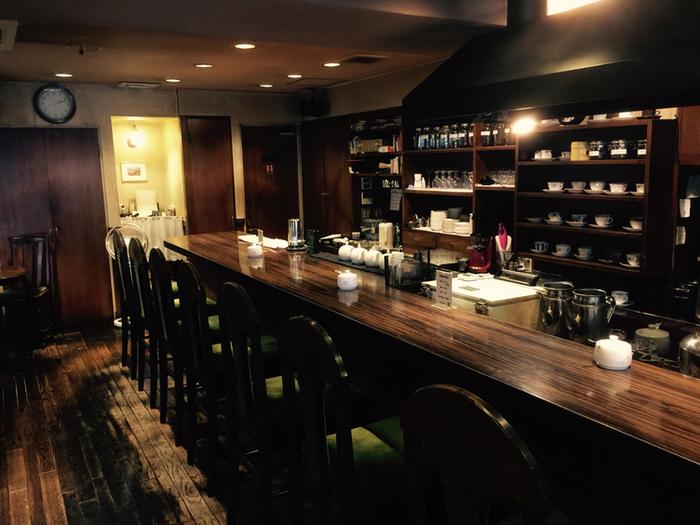店内は深い色合いのインテリアで統一され、落ち着いた雰囲気。カウンター席とテーブル席があり、一人でも入りやすいですよ。