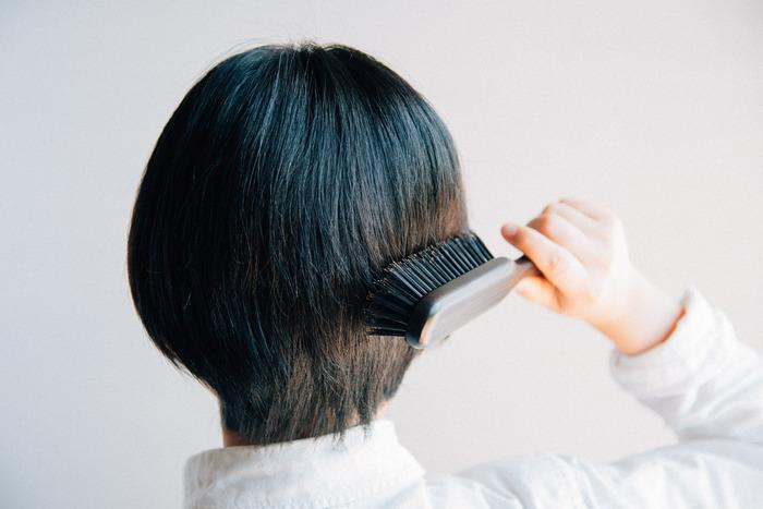 毎日するブラッシングは、無理に髪を引っ張ってしまうと傷みの原因に。天然の毛で丁寧なブラッシングを習慣にすることで、髪本来の艶を取り戻すことができますよ。
