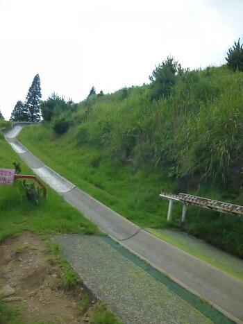 下りは遊覧リフト以外にスーパースライダーもおすすめです。自分でブレーキを調整しながら専用の遊具でコースを滑っていく、全長390mの道のり。子供はもちろん、大人も楽しめますよ。