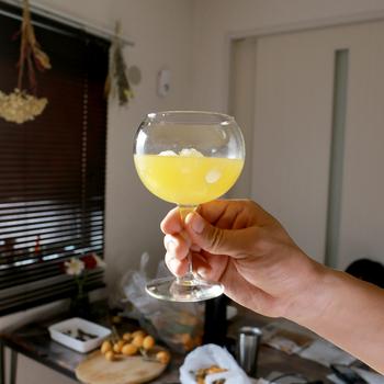 丸くてコロンとしたシルエットがかわいらしいワイングラスは、LIBBEY(リビー)のもの。丈夫なので、普段使いにぴったりです。フルーツたっぷりのサングリアも似合いそう。
