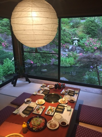 温泉宿が営むお店とあって、店内は和の趣を感じる落ち着いた雰囲気。特に個室は緑が美しい庭を眺めつつ、ゆっくりと食事を楽しめます。