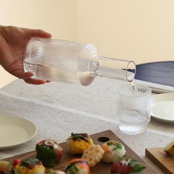 ferm LIVINGの「Ripple」は、さざ波をイメージしたすっきりとした縦じまデザイン。ワインやチェイサーの水を入れておけば、テーブルの雰囲気も洗練された印象に変わりますよ。