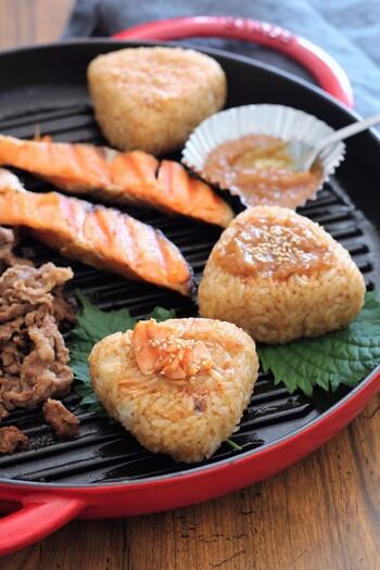 シンプルな焼きおにぎりも良いけど、たまには焼きおにぎりパーティーはいかがでしょうか。牛肉、鮭、味噌など焼きおにぎりに合うトッピングは結構あります。しかもホットプレートを使えば出来立ての熱々をいただくこともできて◎。
