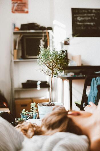 とにかく疲れを癒すことを最優先に、有休を取るなどして休みましょう。家事のように稼働と休みの区別がない場合は、お惣菜を買って済ませる、後回しにできるものは後に回す、など意識的に手を抜きましょう。