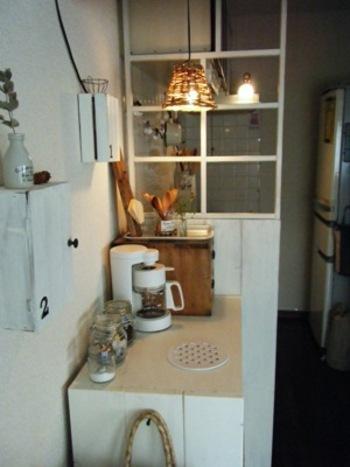 古いデザインが多い賃貸のキッチンも、こんな風にパーテーションで隠してしまえば気になりません。おしゃれ度もぐんと上がります。