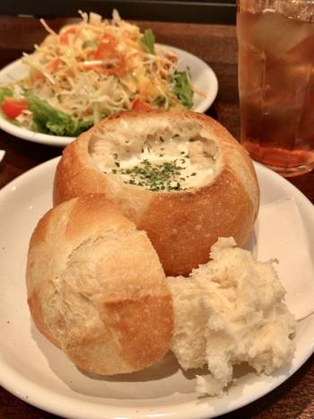 クラムチャウダーが入ったパン。「スイート」は、長野県で初めてフランスパンを提供したお店としても知られています。