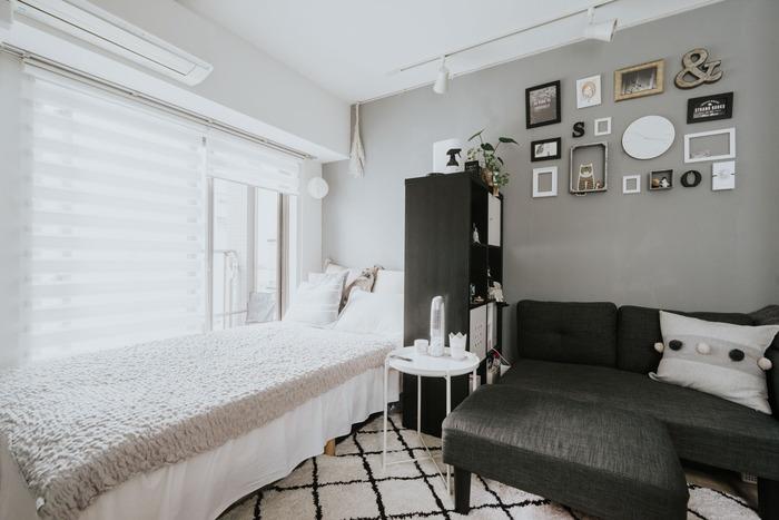 モノトーンのお部屋は、白と黒のバランスを意識して。ベッドスペースを白ベースにすることで空間にメリハリがついていますね。ソファ側・ベッド側ともに、それぞれ使った時に目線が遮られるのでリラックスできそうです。