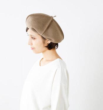 ベレーの丸みを帯びたシルエットと、カールしたくせっ毛は外国の女の子のようでとってもキュート。ベレー帽の中に入れる髪の量で、全体のバランスが取りやすいのもポイントです。