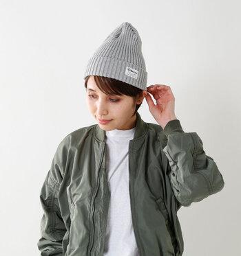 秋冬は、ニット帽もおすすめ。色もたくさんあり、手軽でどんなファッションにも合わせやすいのが魅力です。