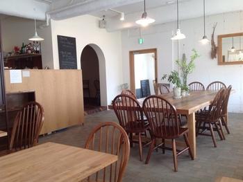 大阪・箕面にあるナチュラルなカフェ。倉庫の跡地をリノベーションして作られているそう。とにかく居心地の良さが抜群です。