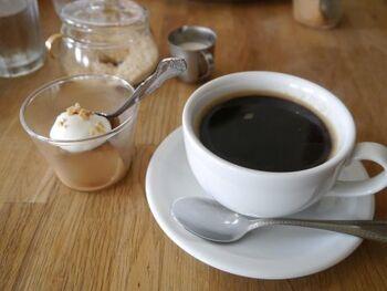 食後にはデザートとコーヒーを。あっさりとして酸味がなく後味すっきり。店内の雰囲気もお料理も、すべてやさしくて癒される空間です。