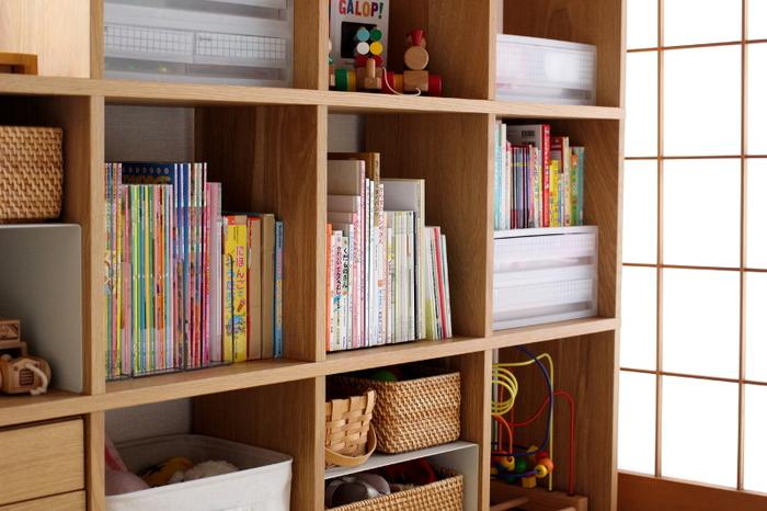 本や雑誌をしまう時は、できるだけ高さを揃えて並べるときれいに見えますよ。こちらのお部屋では、引き出しの上に空いた隙間も有効活用。小さな本がぴったり収まっています。