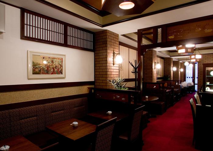 店内はシックな色合いのインテリアに、レンガ模様の壁がおしゃれな雰囲気。大正時代のカフェにタイムスリップしたように感じますね。