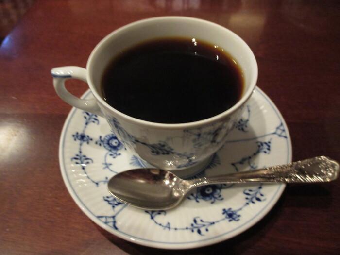 サイフォンで丁寧に淹れたコーヒーは、豊かな香りと深い味わいを楽しめます。ミルクを入れるとまた違った美味しさがありますよ。