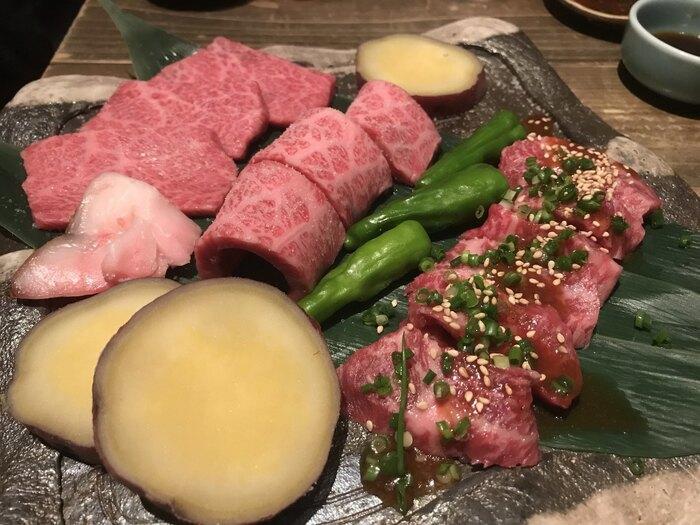 黒毛和牛の石焼が名物。しっかりおいしいお肉を堪能できます。他にもおつまみや日本酒の品揃え豊富で、どれを食べてもおいしさに感動します。