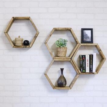 収納スペースが少ない場合は、壁掛けの棚「ウォールシェルフ」を利用してみましょう。ディスプレイにも利用できるので、とってもおしゃれ♪時々入れ替えると楽しいですよ。