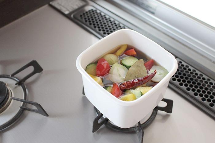 ホーローは、直接火にかけることもでき、たとえばピクルス液を沸騰させて野菜を入れ、そのまま冷蔵保存すれば、すべてをひとつの容器で済ませることができます。また、冷却性にも優れているので、バターなどを入れるのもおすすめ。