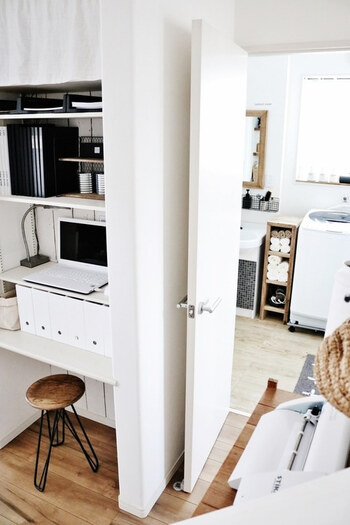お部屋のちょっとした一角を利用して作ることの多いデスクスペース。限られた空間だからこそ、できるだけ物を整理整頓してスッキリさせたいですよね。こちらのお部屋では、造り付けの棚をPCコーナーとして利用しています。