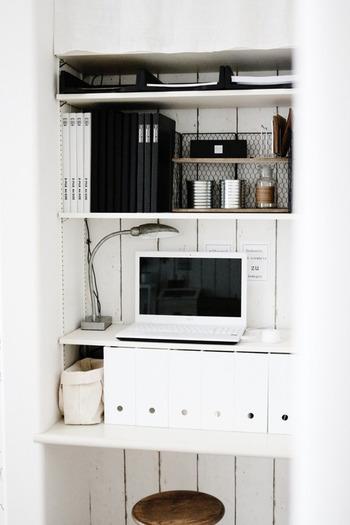 ファイルや書類ケースなどは、モノトーンで統一してシックに。また、棚の中にさらに手作りの棚を置いて、小物類をディスプレイしています。