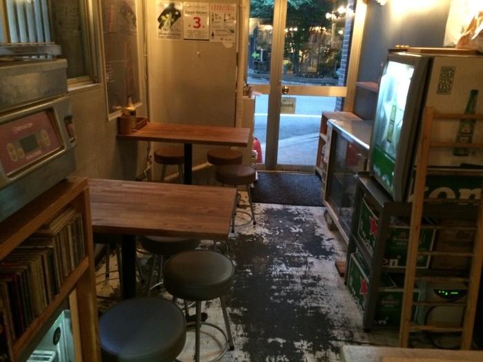内装もおしゃれで、カジュアルな雰囲気です。カウンターだけでなくテーブル席もあるので、カップルでゆっくり楽しめますね。