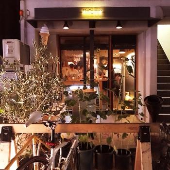 ナチュラルな雰囲気のカフェのような外観。日曜休みの店が多いエリアで、日曜も営業しているのが有難いですね。